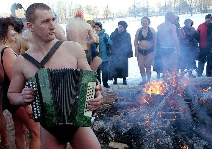 Bizim fotoğraflarına bakarken bile üşüyeceğimiz ortamlarda, adamlar dal şafak parti yapıyorlar. Varın gerisini siz düşünün.