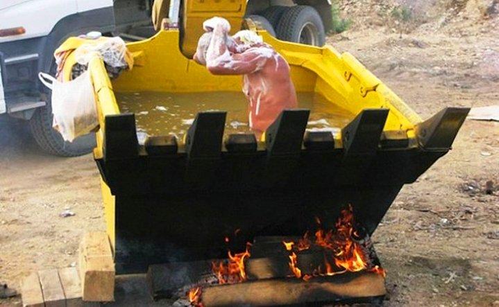 Ya da altında odun yakarak kepçenin içinde yıkanmak.