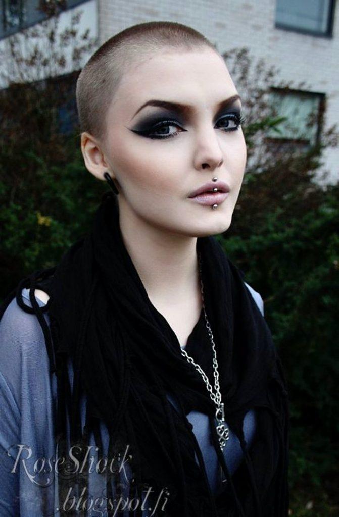 Dertsiz Tasasız Kısa Saçlı Kızlar (21)