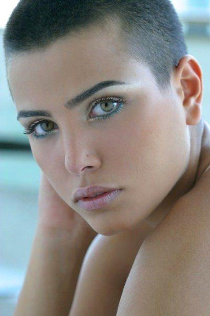 Dertsiz Tasasız Kısa Saçlı Kızlar (27)