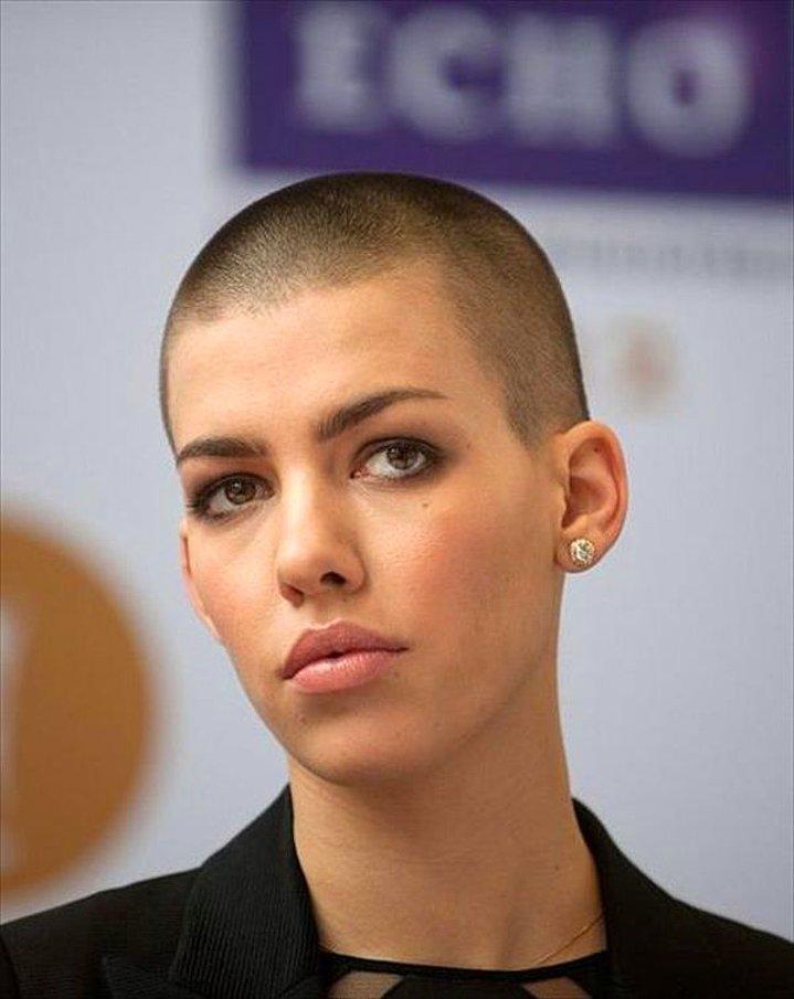 Dertsiz Tasasız Kısa Saçlı Kızlar (33)